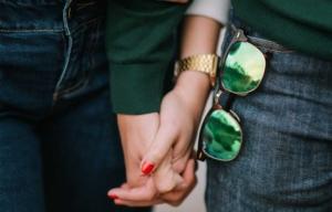 Ein Liebespaar hält Hände