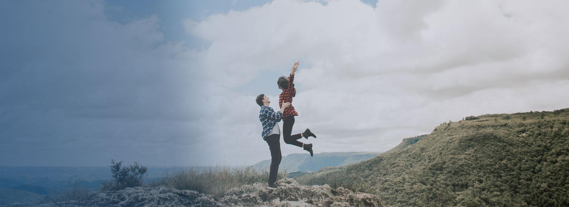 Verliebtes Pärchen auf einem Hügel glücklich ohne Herpes - Herpesfree.de